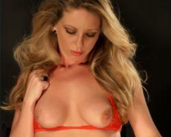 Britney Lace, lekker in rode lingerie en lange laarzen