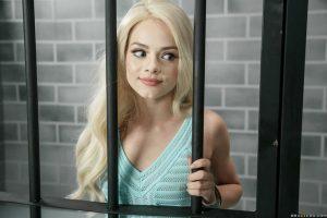 Elsa Jean, knappe blondine striptease achter de tralies