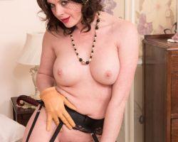 Karina Curry, mature in sexy lingerie, pakt haar dildo erbij