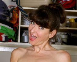 Huisvrouw Ivana Slew, gaat naakt bij de wasmachine