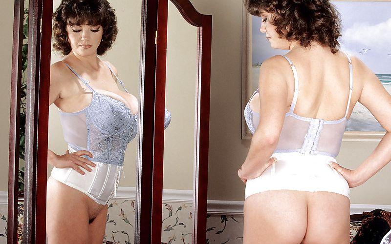 Diana Poppos, geile Griekse mature babe, heeft enorme grote tieten