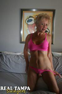 Mature Swingers vrouw doet een striptease