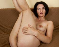 Sara D, lekkere milf, gooit haar benen in de lucht