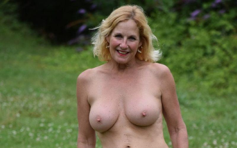 Molly, mature amateur echtgenote, op het oprijpad met alleen haar witte laarzen aan
