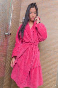 Karin Torres, lekkere Latina naakt onder de douche