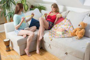 Twee beste vriendinnen hebben geile lesbische seks