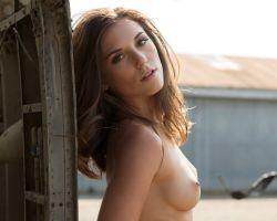 Playboy Cybergirl Elena Generi gaat buiten naakt