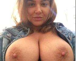 Natasha Nice, hele grote tieten, maakt geile selfies