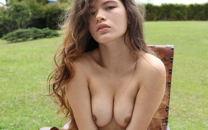 Irene Rouse is naakt lenig aan het doen in de tuin
