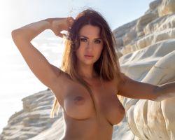 Justyna, stevige grote tieten, naakt op het strand