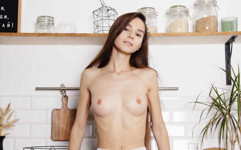Leona Mia, eerst ontbijten en dan naakt en met de benen wijd