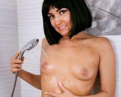 Skyra, donkerharige milf is naakt aan het douchen