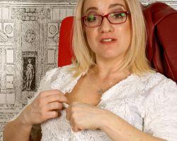 Mature secretaresse, Melissa L, doet een striptease