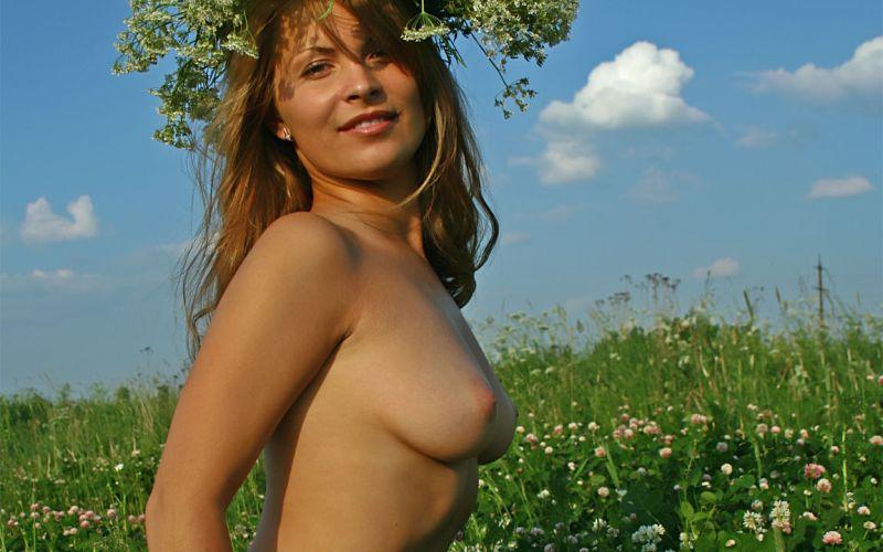 Naakt in een weiland, Elena Field laat haar grote tieten uit