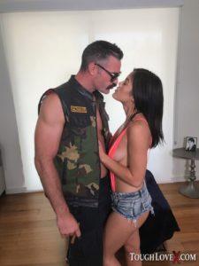 Kendra Spade, jonge Aziatische vrouw, heeft geile sex met oudere man
