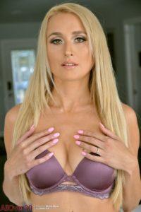 Misha Mynx, lekkere blonde milf gaat naakt in de huiskamer