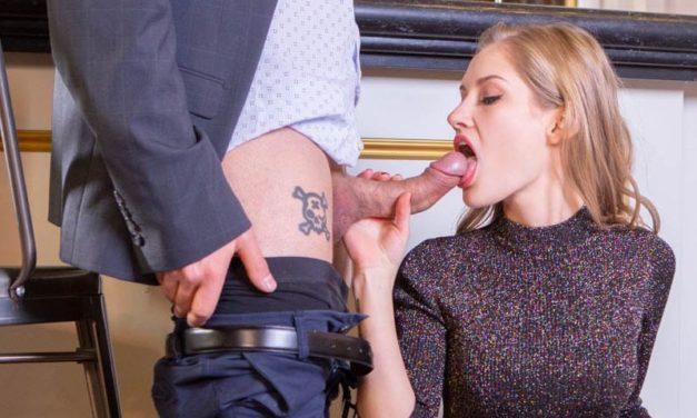 Knappe vrouw in sexy lingerie heeft sex in een café