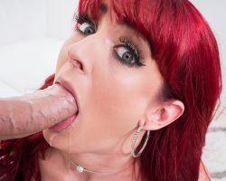Slanke milf, diep in haar mondje en kutje