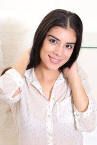 Janie, lekkere Latina met mooie borsten gaat naakt