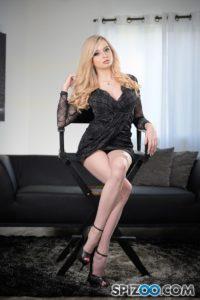 Lexi Lore, geile blonde slet in een strak jurkje
