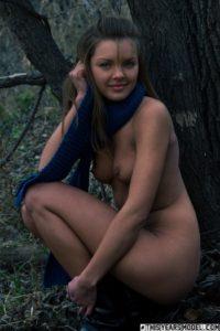 Helemaal naakt in het bos