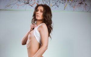 Nora Roem, mooie vrouw gaat naakt op de bank