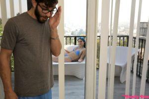 Ze ligt in bikini op het balkon
