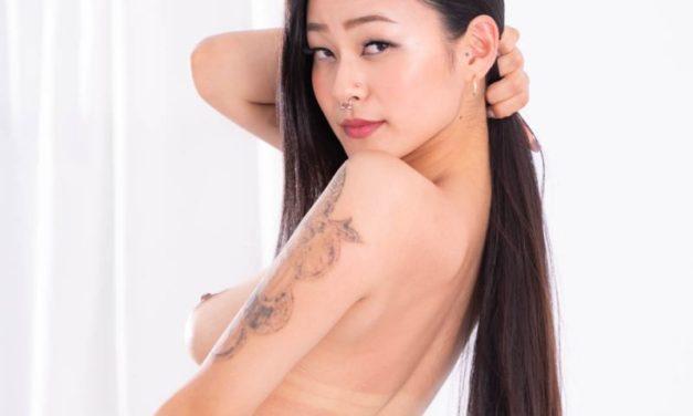 Japanse babe, Rae Lil Black, pijpt haar vriend wakker