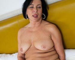 Olivia Westervelt, mature milf gaat naakt op bed