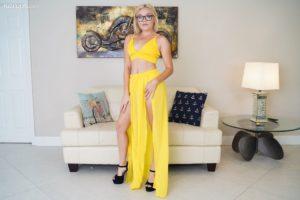 Katie Kush, lekkere nerdy jonge vrouw in een sexy jurk