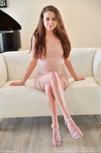 Selena, knappe petite brunette