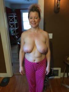 Naakte rijpe vrouw topless