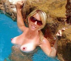 Naakte mature babe in het zwembad