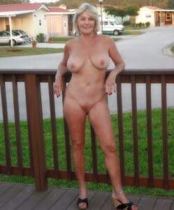 Lekkere oudere vrouw gaat buiten naakt