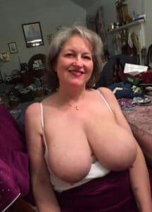 Oudere vrouw met enorme memmen topless