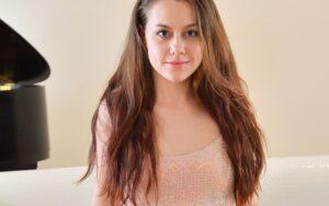 Selena, petite brunette met kleine tieten