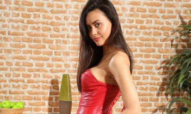 Maria Smith, sexy lingerie en geile lange knielaarzen