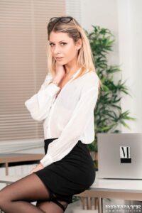 Lange blonde en knappe secretaressesecretaresse