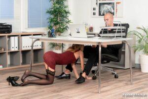 Rebecca Volpetti pijpt haar baas onder zijn bureau