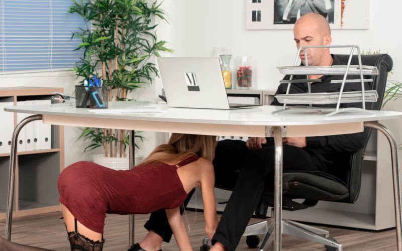 Geile secretaresse, Rebecca Volpetti, pijpt haar baas onder zijn bureau