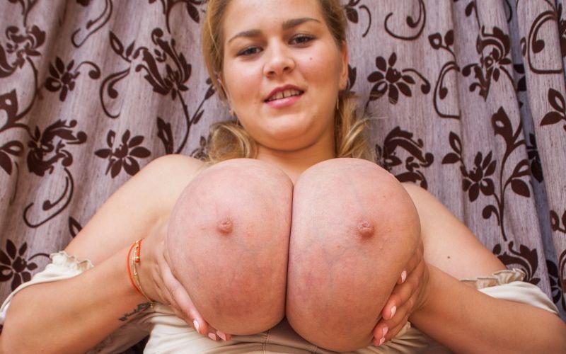 Zwanger, een paar enorme grote borsten en masturberen
