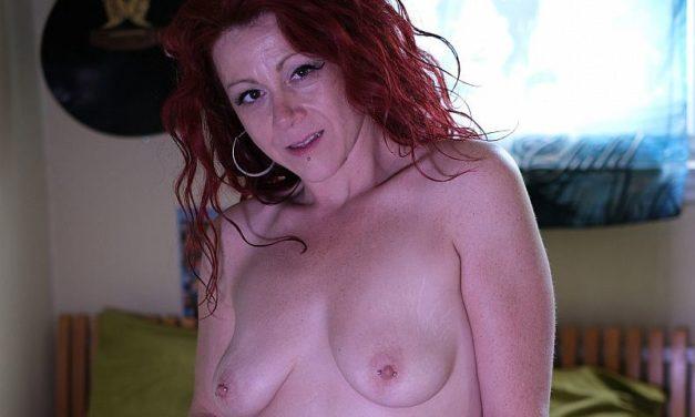 Lekkere geile milf met rood haar en tatoeages