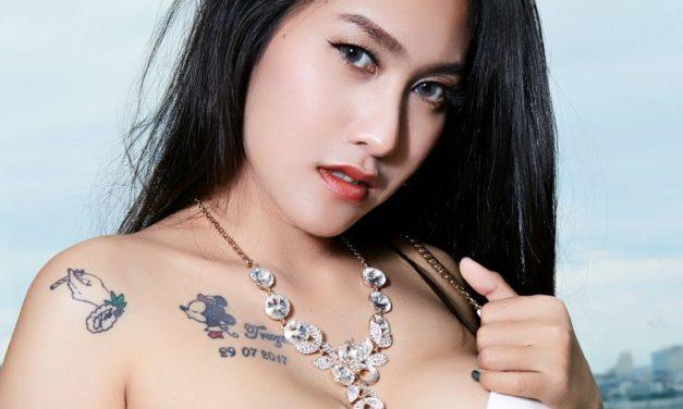Aziatische babe met grote borsten gaat naakt