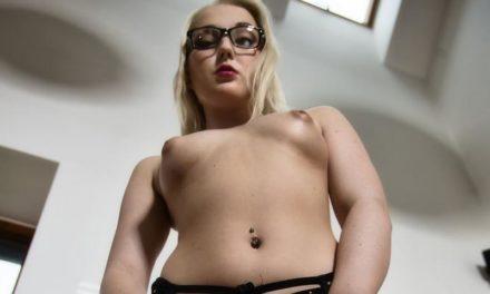 Geile secretaresse is na werktijd aan het masturberen op kantoor
