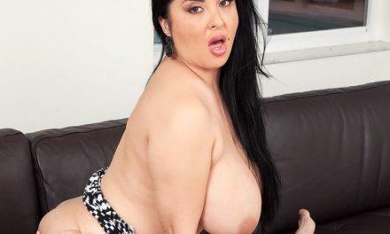 Daylene Rio heeft hele grote borsten en ze heeft ook nog eens sex