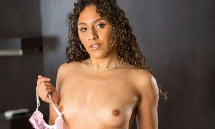 Liv Revamped, knappe Latina met kleine borsten gaat naakt