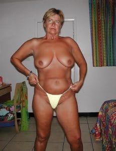 Gespierde rijpe vrouw met grote borsten