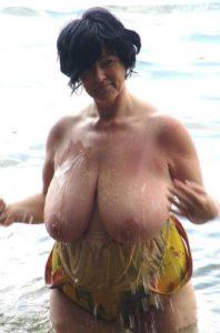 Rijpe vrouw heeft enorme grote tieten