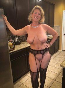 Blote oudere vrouwen met grote tieten gaan naakt