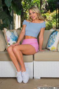 Khloe Kapri, roze broekje en prachtige benen